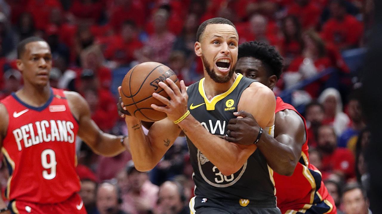 """HLV Warriors bức xúc khi Rondo cố tình """"chơi"""" Curry ở Game 3"""