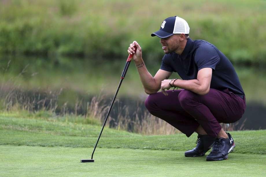 """Anh chàng """"xương thủy tinh"""" Stephen Curry lại tiếp tục dính chấn thương khi chơi Golf"""