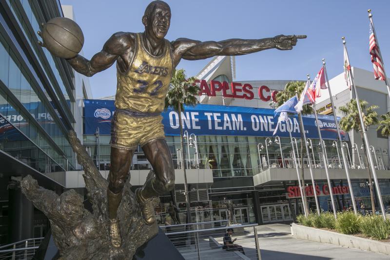 1 bức tượng chưa đủ, Kobe đòi tạc thêm tượng cho huyền thoại Magic Johnson