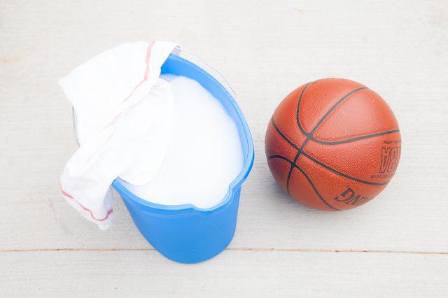Hướng dẫn vệ sinh quả bóng rổ đúng cách