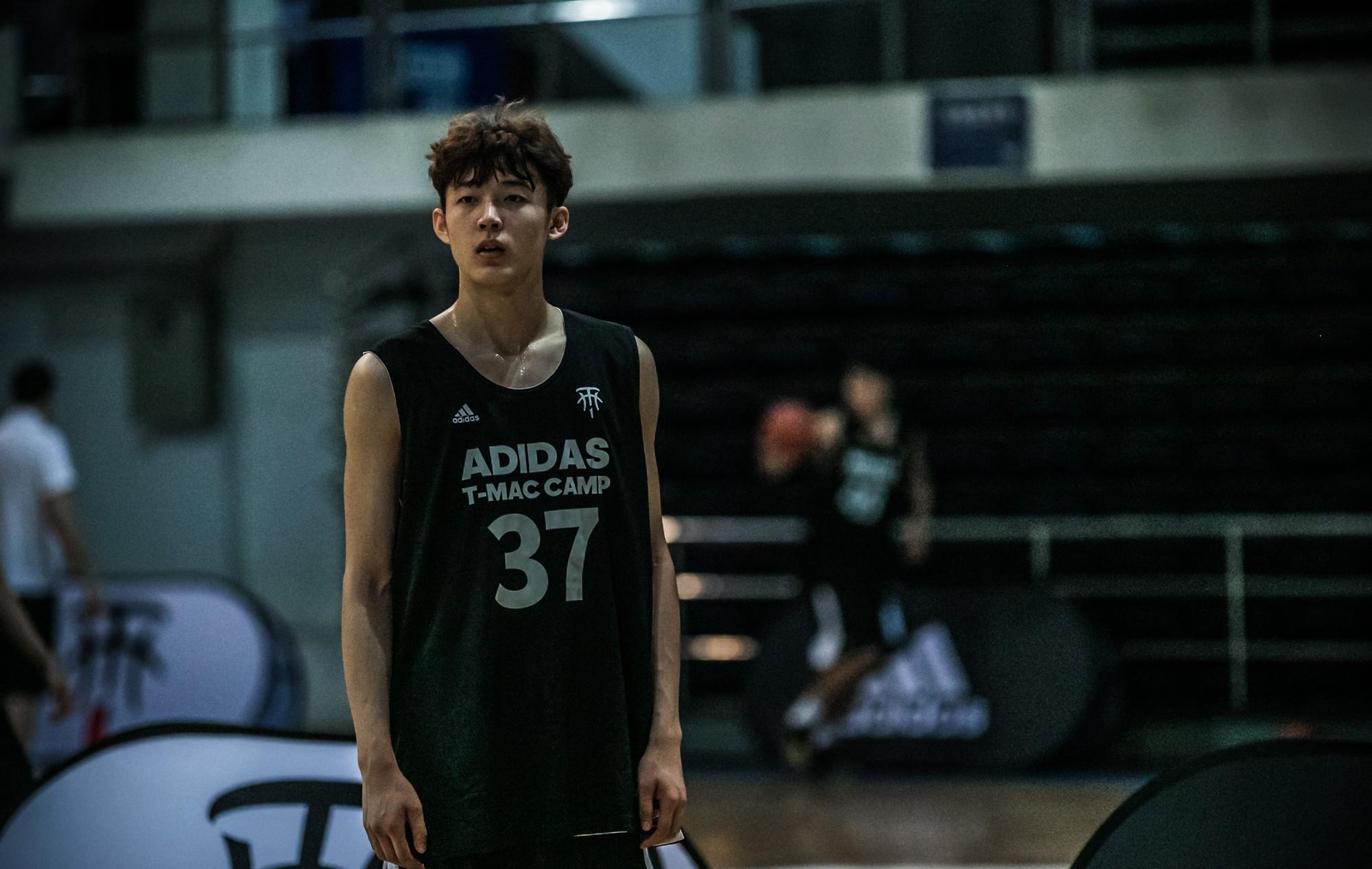 Nam thần bóng rổ mới nổi Trung Quốc 19 tuổi cao 1m99