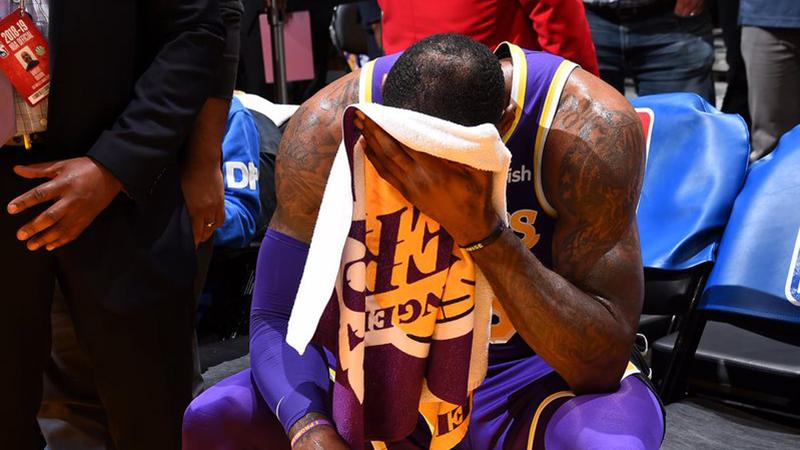 LeBron James vượt qua Michael Jordan, nhưng Lakers cúi đầu tại STAPLES Center