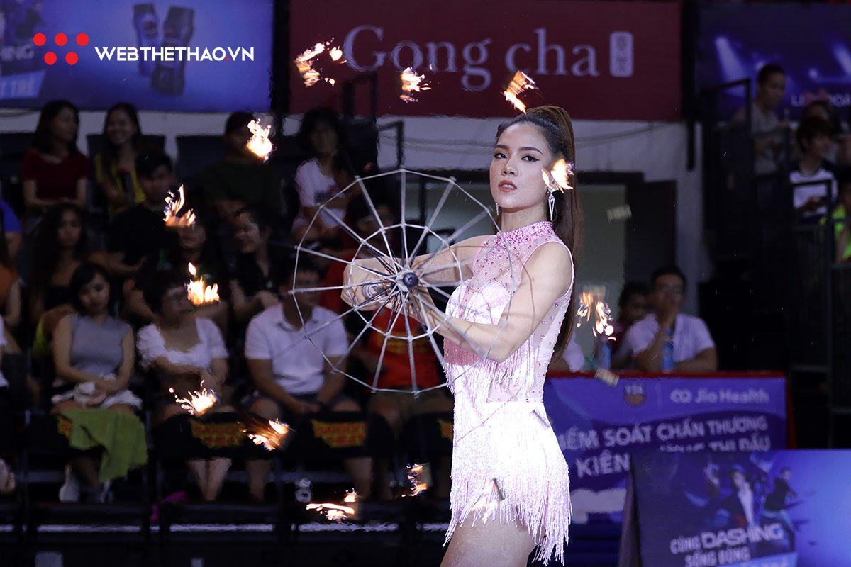 """Đứng hình trước siêu thần thái của """"chị gái múa lửa"""" trên sân nhà Saigon Heat"""