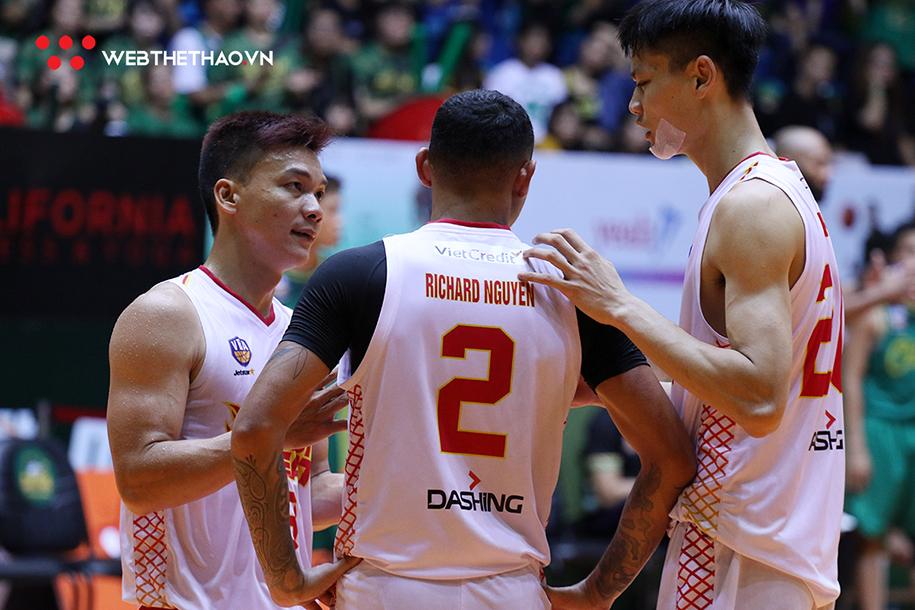 Chuyện gì đã xảy ra với Richard Nguyễn ở tình huống cuối game 2 VBA Finals 2019?